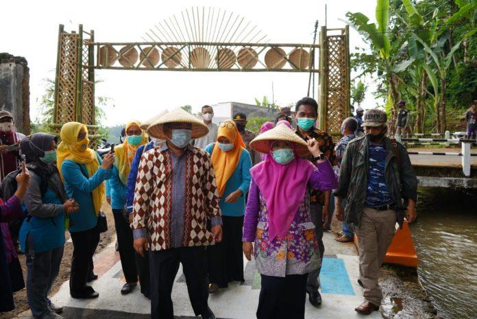Ket Poto : Bupati Garut, H Rudy Gunawan, melakukan swafoto di beberapa spot foto yang ada di Desa Wisata Sindanggalih di dampingi camat Karangtengah Dra Hj Yanti Sugiharti, M Si.
