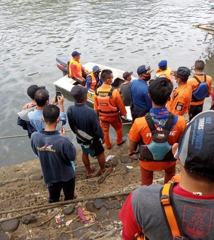 Ket Poto : Tim SAR Gabungan saat evakuasi korban terseret arus di Pantai Santolo ( Dok BPBD )