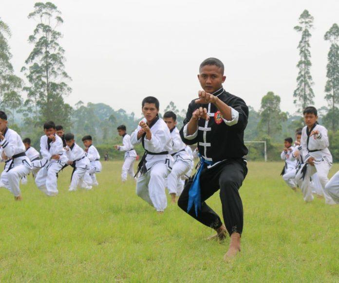 Ket Poto : Anggota Ikatan Keluarga Silat Putra Indonesia (IKSPI) Kera Sakti Cabang Garut sedang melakukan Latihan gabungan ( Dok-Red )