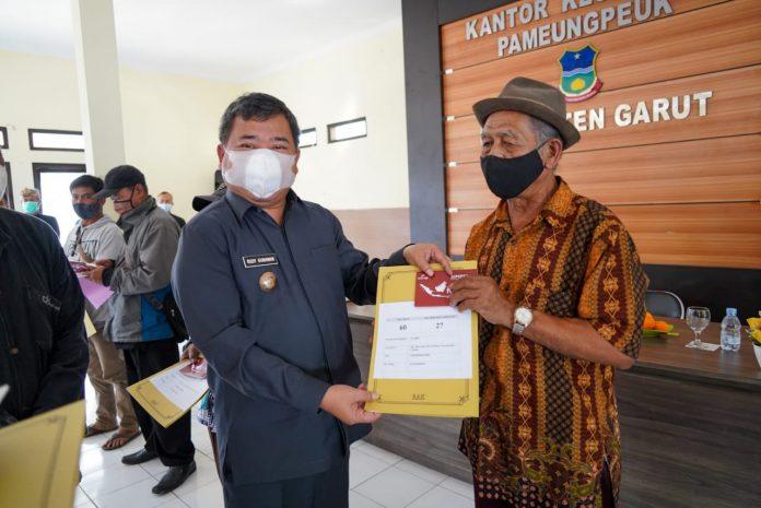 Ket Poto : Bupati Garut, Rudy Gunawan membuka acara kegiatan pemberian bantuan sosial untuk penyintas bencana tanah longsor dan banjir di Garut Selatan (Ist)