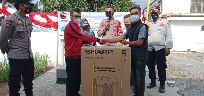 Sekretaris DPC PDI Perjuangan Garut, Yuyus M Kartawiredja saat memberikan Doorprize kepada pemenang, (Foto: Dok-red)