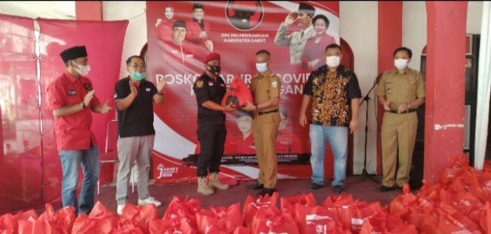 Sekda kabupaten Garut H Nurdin Yana saat simbolis penyaluran paket sembako (Dok-red)