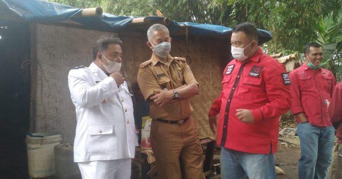 Yudha Puja Turnawan ( Kemeja Merah ) di Damping Camat Garut Kota dan Lurah Cimuncang saat mengunjungi rumah mak Ru'ah (Dok-red)