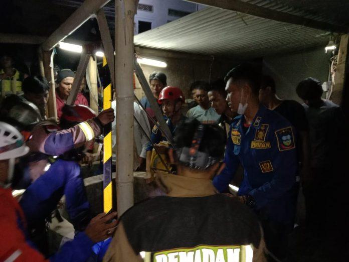 Petugas mengevakuasi jasad wanita yang tercebur sumur (Foto: Ist)