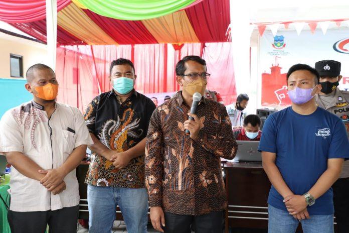 Wakil Bupati Garut, dr. Helmi Budiman, meninjau sefara langsung pelaksanaan vaksinasi yang dilaksanakan di Halaman Kantor Kecamatan Kadungora, Kabupaten Garut, Minggu (29/8/2021). (Yogi Budiman)