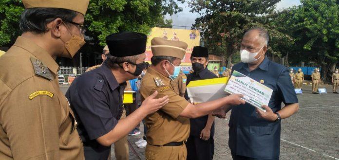 Bupati Garut secara simbolis menyerahkan bantuan 1000 Sepatu bagi Siswa Siswi SMP (Foto: Dok-red)
