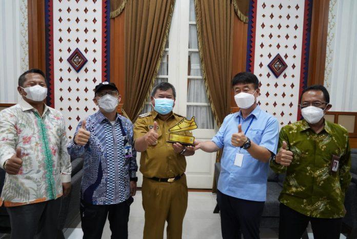 Bupati Garut, Rudy Gunawan, memberikan penghargaan kepada perwakilan dari PT. Chang Shin Reksa Jaya, di Ruang Pamengkang, Kecamatan Garut Kota, Kabupaten Garut, Senin (13/9/2021). ( Foto : DG)