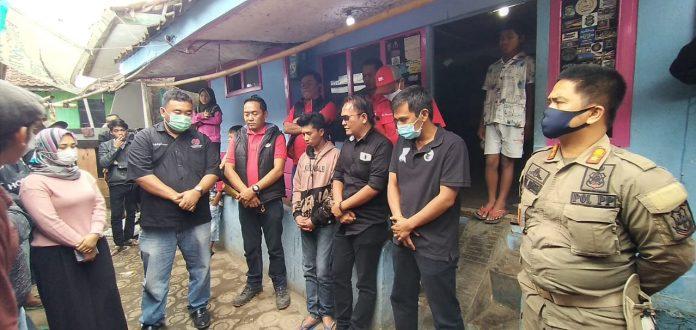 DPC PDI Perjuangan Garut bersama Pemerintah Kecamatan Bayongbong dan Pemdes Mulyasari Kunjungi Rumah Janda Tua di Kampung Al Barokah, Desa Mulyasari (Ist)