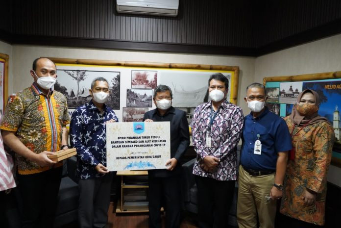 Bupati Garut, H Rudy Gunawan, menerima secara simbolis bantuan dari Badan Musyawarah Perbankan Daerah (BMPD) Wilayah Priangan Timur, di Kantor Bupati Garut, Jalan Pembangunan, Kecamatan Tarogong Kidul, Kabupaten Garut, Selasa (14/9/2021).(Foto: DG)