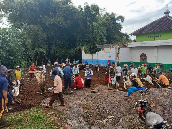 Kelompok Aliansi Pemuda Asli Sindangasih Desa Cintaasih Kecamatan Cisurupan Lakukan Kerjabakti bersama warga (Foto : Ags)