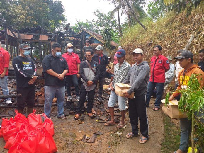 Yudha Puja Turnawan di Dampingi Camat Cisompet dan Kepala Desa Jatisari secara Simbolis Menyerahkan titipan Bantuan Langsung ke Pak Mahda (Foto: Ist)